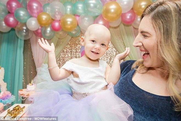 Bé gái 15 tháng tuổi bị ung thư buồng trứng khiến cả thế giới bàng hoàng