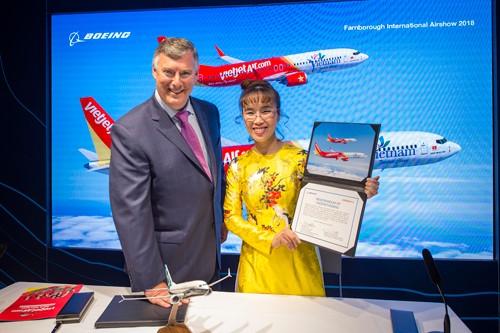 Ông Kevin McAllister và bà Nguyễn Phương Thảo tại lễ ký kết hợp đồng trị giá 13 tỷ USD.