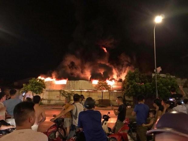 Đám cháy rất lớn tại chợ Gạo khiến nhiều người bàng hoàng.