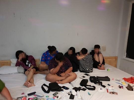 14 nam, nữ trác táng tập thể trong khách sạn - Ảnh 1.