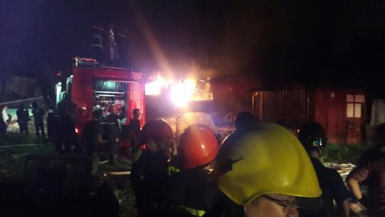 Đà Nẵng: Đang cháy kinh hoàng tại kho sơn 1.000 m2 thuộc KCN Hòa Cầm - Ảnh 2.