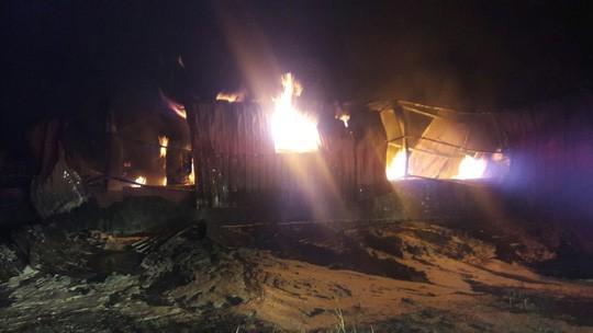 Đà Nẵng: Đang cháy kinh hoàng tại kho sơn 1.000 m2 thuộc KCN Hòa Cầm - Ảnh 4.