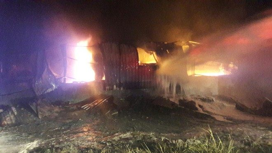 Đà Nẵng: Đang cháy kinh hoàng tại kho sơn 1.000 m2 thuộc KCN Hòa Cầm - Ảnh 5.