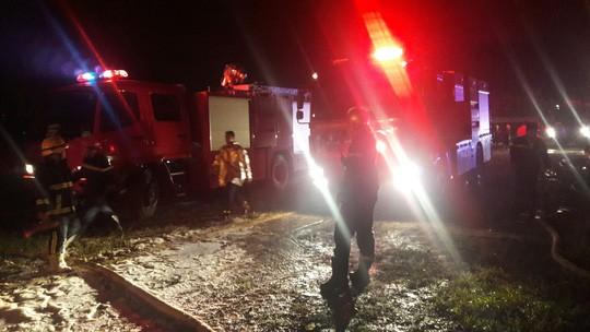 Đà Nẵng: Đang cháy kinh hoàng tại kho sơn 1.000 m2 thuộc KCN Hòa Cầm - Ảnh 6.