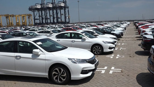 Xe nhập khẩu về Việt Nam tại một cảng ở TP HCM. Ảnh: Vũ Đoan.