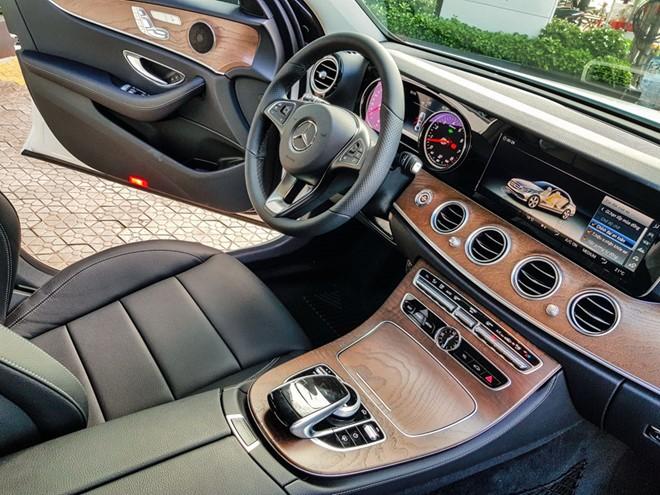 Mercedes-Benz E200 ban nang cap ve dai ly, gia khong doi hinh anh 3