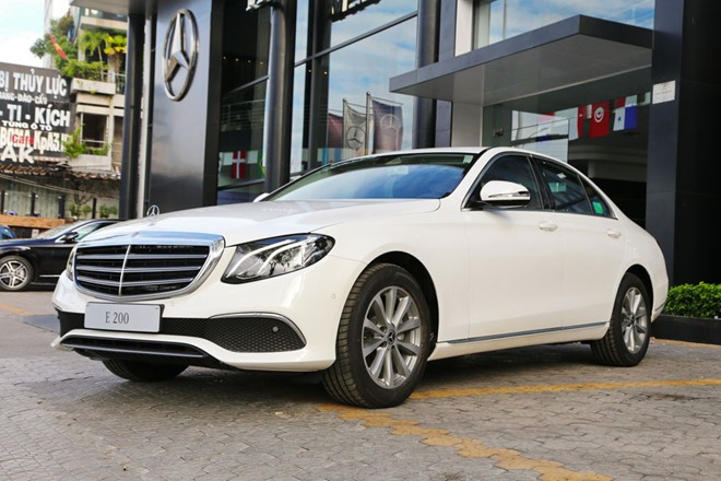 Mercedes-Benz E200 ban nang cap ve dai ly, gia khong doi hinh anh 1