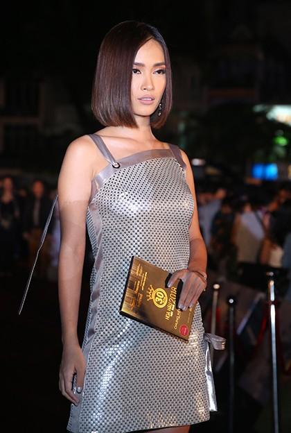 Ca sĩ Ái Phương diện đầm ngắn đi xem chương trình.