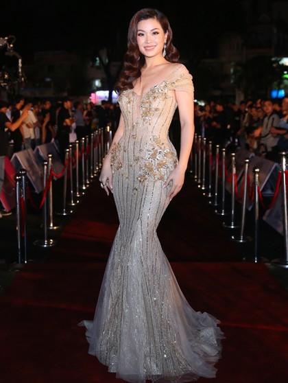 Á hậu Diễm Trang diện đầm đuôi cá. Cô đảm nhận vai trò dẫn dắt chương trình.
