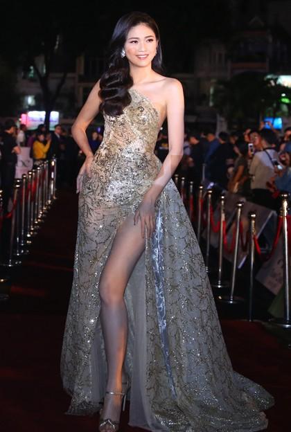 Ngô Thanh Thanh Tú để lộ chân dài trong bộ váy xẻ cao đùi.