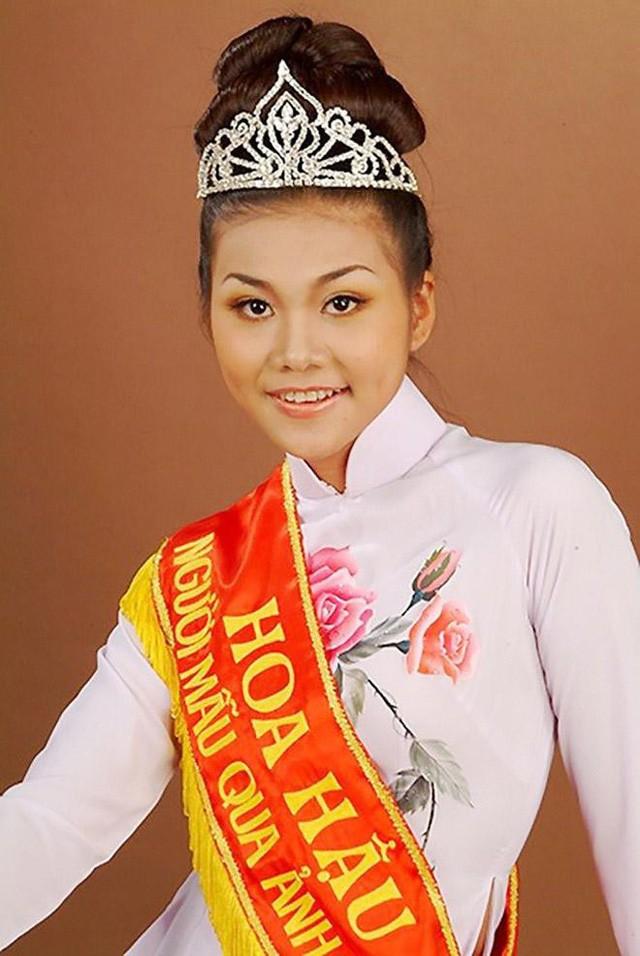 Thanh Hằng đăng quang Hoa Hậu Việt Nam qua ảnh năm 2002.