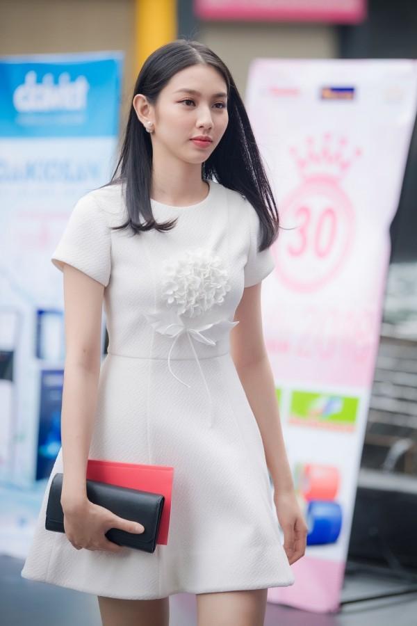 Nguyễn Thuc Thùy Tiên từng đăng quang Á khôi 1 Hoa khôi Nam Bộ 2017. Cô năm nay 20 tuổi.