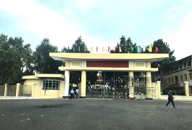 Cổng UBND tỉnh Bình Thuận đang được sửa chữa.