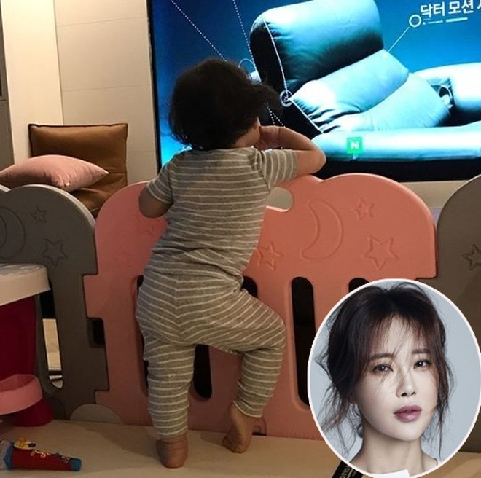 Điệu bộ ngộ nghĩnhcủa con gái Baek Ji Young khi đứng xem tivi khiến khán giả thích thú.Nữ hoàng nhạc phim viết trên trang cá nhân: Trông cô nàng ra dáng người mẫu chưa kìa. Yêu con, yêu con, con gái của mẹ.