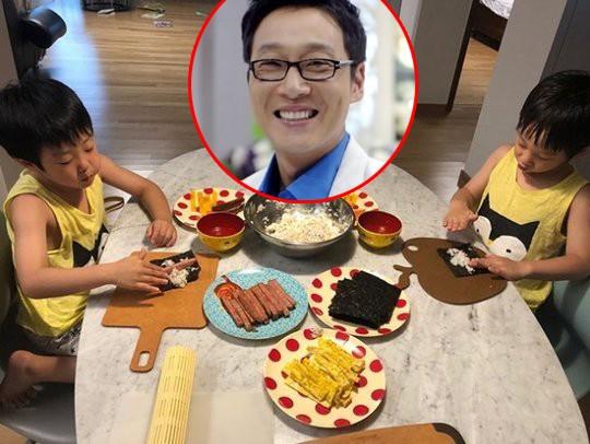 Hai cậu ấm nhà Lee Hwi Jae thưởng thức món cơm cuộn do mình tự tay cuốn. Sau 5 năm gắn bó với chương trình The Return of Superman, hai anh em và bố đã nói lời chia tay vào đầu 2018, khiến khán giả không khỏi tiếc nuối.