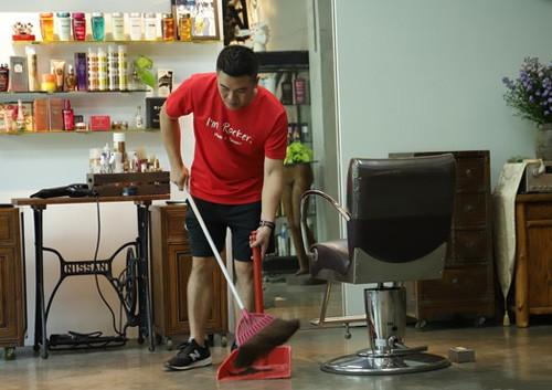 Mã Quốc Tất quét dọn để báo đáp chủ tiệm cắt tóc.