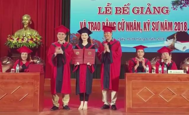 Nữ sinh viên Trần Thị Duyên nhận một lúc hai bằng tốt nghiệp.