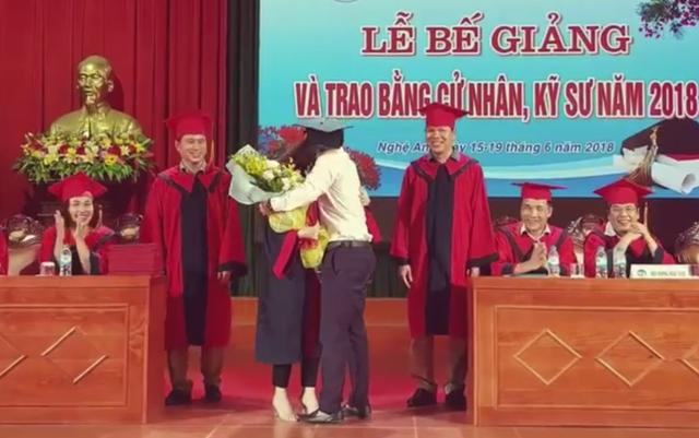 Hai người ôm nhau thắm thiết trên bục nhận Bằng tốt nghiệp.