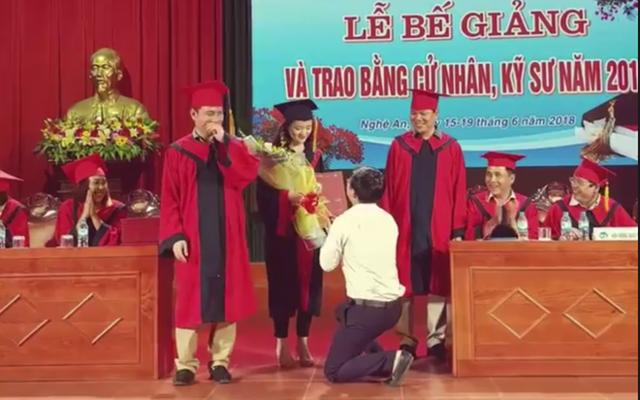 Sau đó, Dũng quỳ gối rút nhẫn và cầu hôn nữ sinh Duyên tại lễ trao Bằng tốt nghiệp khiến nhiều người tán dương.