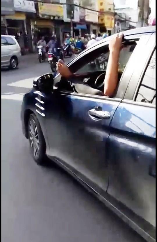 TP HCM: Tài xế gác chân lên cửa ô tô, phóng vun vút trên đường - Ảnh 2.