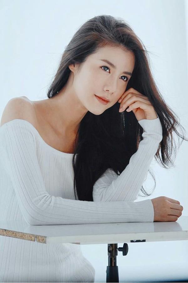 Esther Supreeleela - mỹ nhân sinh năm 1994 tại Bangkok, Thái Lan bắt đầu sự nghiệp với vai trò người mẫu online. Cô ký hợp đồng với với kênh truyền hình Thái Lan-Channel 3 (CH3) và xuất hiện trong nhiều bộ phim do nhà đài này sản xuất như Mắt công hoàng gia, Cạm bẫy thiên thần& Tuy có năng lực diễn xuất nhưng vì tuổi đời còntrẻ cộng với việc không được lăng xê mạnh mẽ như những ngôi sao lớn khác, Esther quyết định rời khỏi CH3 và trở thành diễn viên tự do. Sau khi hủy hợp đồng với CH3, tên tuổi của người đẹp lên như diều gặp gió. Cô được đảm nhận vai chính trong nhiều tác phẩm nổi tiếng như Cô vịt xấu xí, Lừa tình& Hiện tại, nữ diễn viên nỗ lực trau dồi diễn xuất để khẳng định tên tuổi của mình trong làng giải trí dù dòng phim cô theo đuổi không xuất hiện tại các liên hoan phim và lễ trao giải.