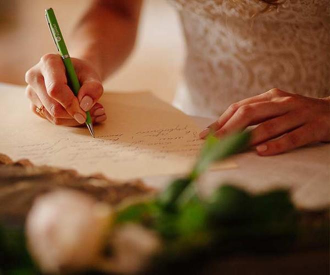 Hãy viết ra nếu bạn không tự tin có thể nhớ hết những việc cần làm.Ảnh: Shefinds.