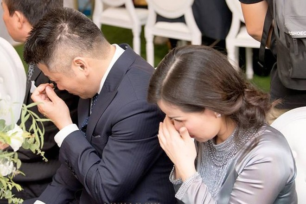 Bố mẹ Tú Anh rơi nước mắt khi chứng kiến khoảnh khắc hạnh phúc của con gái.