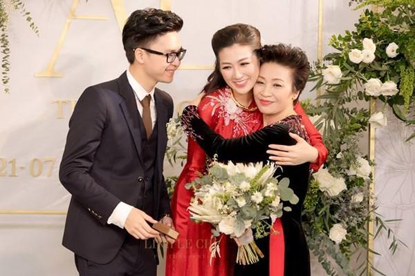 Mẹ chồng Á hậu Tú Anh trao quà cưới cho con dâu.