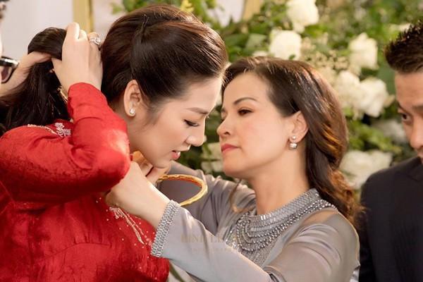 Mẹ Tú Anh cũng trao quà cho con gái trong lễ vu quy.