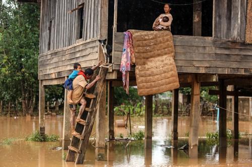 Các bản làng ở huyện Sanamxay vẫn ngập trong bùn lầy. Ảnh: Thành Nguyễn.