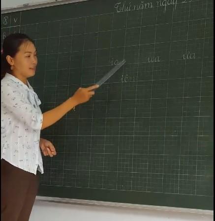 Cô giáo dạy cách đánh vần theo cách lạ so với thông thường thu hút dư luận. Ảnh cắt từ clip