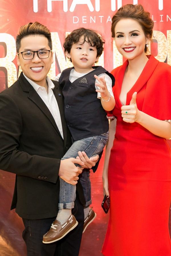 Gia đình Hoa hậu Diễm Hương tại một sự kiện hồi tháng 12/2017.