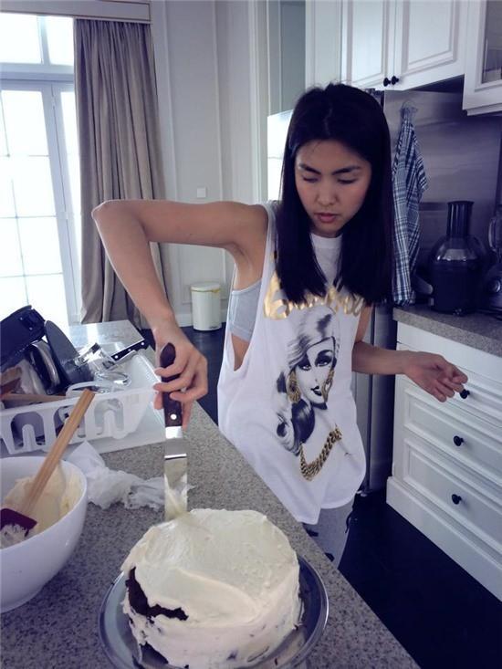Ngọc nữ cũng dành thời gian học hỏi thêm nữ công gia chánh. Còn nhớ chiếc bánh gato đầu tiên Hà Tăng làm trong thời gian đảm đương vị trí giám khảo khách mời của Master Chef Việt Nam - Vua đầu bếp mùa thứ 2 bị chê tả tơi.