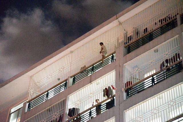 Ông N. leo ra ngoài lan can tầng 7 bệnh viện Đa khoa Quảng Ngãi với ý định tự tử