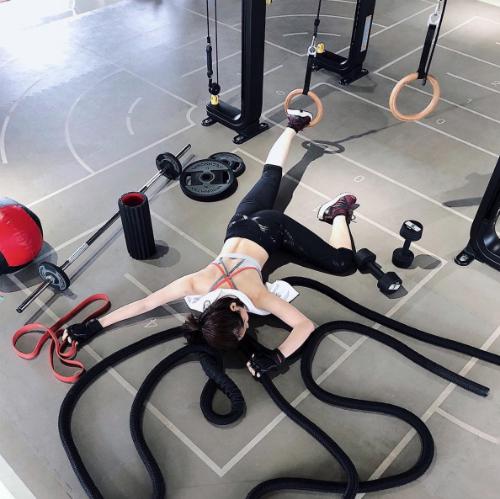 Hotgirl Chi Pu thì dựng ngã sấp mặt ở phòng tập gym với những đạo cụ tập thể thao. Gián tiếp khoe việc tập luyện tích cực của mình.