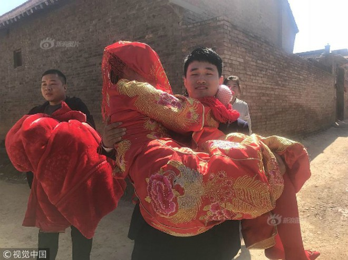 Chú rể Xiaoqiang vốn là chàng trai lãng mạn, nên muốn tạo bất ngờ cho cô dâu. Chiếc xe dâu kẹo mútkhiến cô dâu cảm động. Ảnh: Sina.