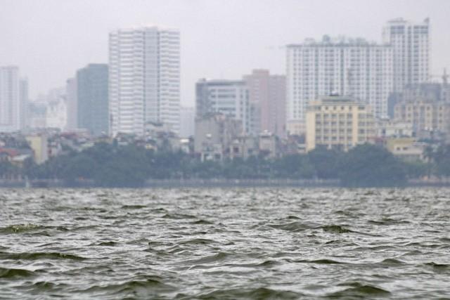 Những đợt sóng trên mặt nước hồ Tây trong gió mùa thổi mạnh.