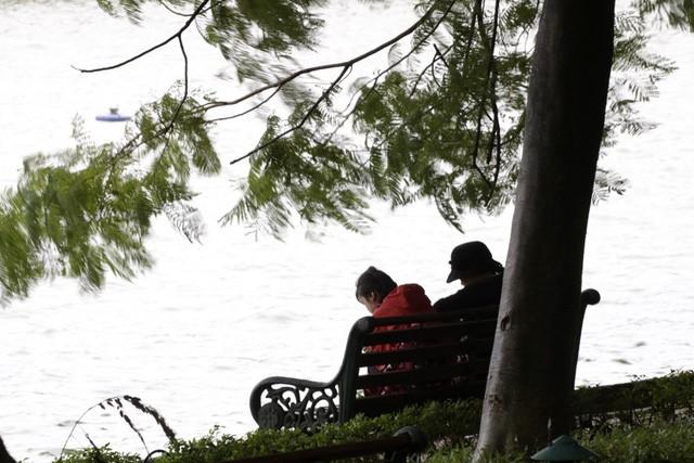 Khung cảnh sáng chớm đông bên bờ hồ Hoàn Kiếm.