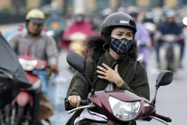 Nhiều người không kịp chuẩn bị áo ấm đã phải co kéo trang phục chống lại những cơn gió lạnh đầu mùa.