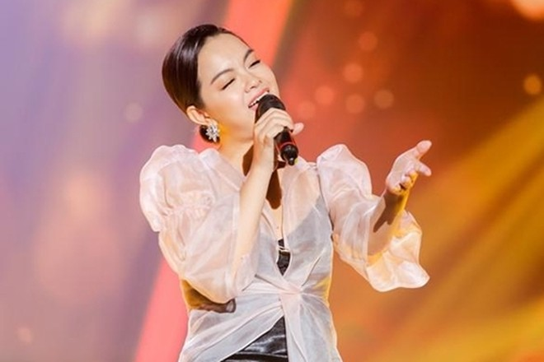 Việc Phạm Quỳnh Anh đi hát trở lại,tựra mắt sản phẩm mớicàng làm củng cốthông tin vợ chồng cô đã chia tay. Trong những tháng qua, bà mẹ hai con đã không còn đeo nhẫn cưới mỗi khi đi diễn.