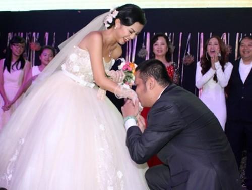 Đến năm 2012, cả hai mới công khaimối quan hệ đồng thời thông báo chuyện kết hôn. Trong ngày cưới, đạo diễn đã quỳ gối để cầu hôn vợ.