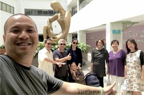 Quang Huy vui mừng chia sẻ trên trang cá nhân hình ảnh đại gia đình mình đón vợ về nhà sau mấy ngày sinh con thứ hai.
