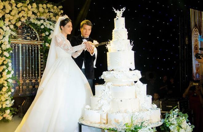 Á hậu Thanh Tú và chồng đại gia liên tục âu yếm trong tiệc cưới - 12