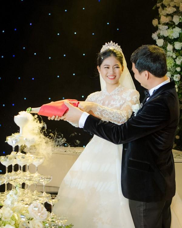 Á hậu Thanh Tú và chồng đại gia liên tục âu yếm trong tiệc cưới - 13