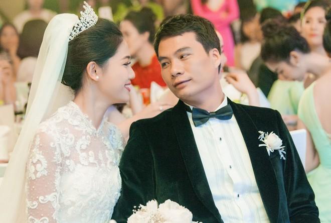 Á hậu Thanh Tú và chồng đại gia liên tục âu yếm trong tiệc cưới - 2
