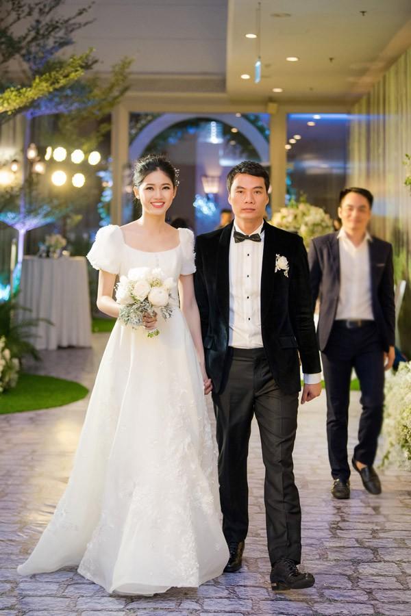 Á hậu Thanh Tú và chồng đại gia liên tục âu yếm trong tiệc cưới - 7