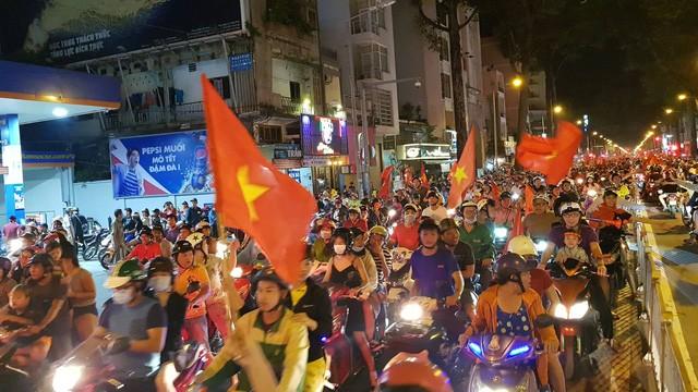 Đến rạng sáng 7/12, hàng nghìn người vẫn đổ ra đường ăn mừng chiến thắng của đội tuyển Việt Nam.