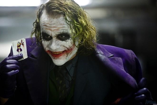 "Heath Ledger vai Joker trong The Dark Knight của đạo diễn Christopher  Nolan. """