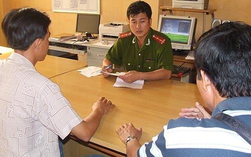Điều tra viên ghi biên bản tiếp nhận các bức thư của bà Trần Thúy Liễu. Ảnh: NLĐ