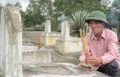 Niềm vui bé nhỏ của ông Quang là hàng ngày được chăm sóc 210 ngôi mộ liệt sỹ.